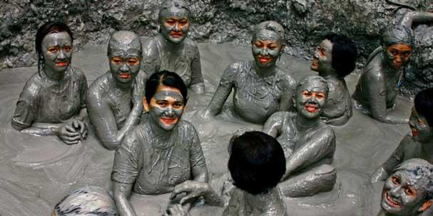 迪加島天然泥火山浴